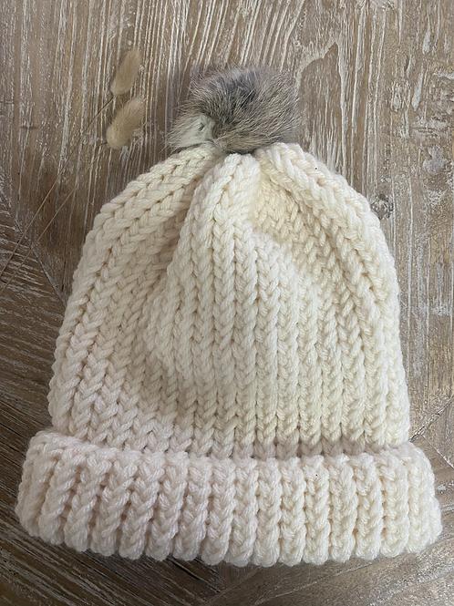 כובע צמר בצבע שמנת עם פונפון בגווני כאמל