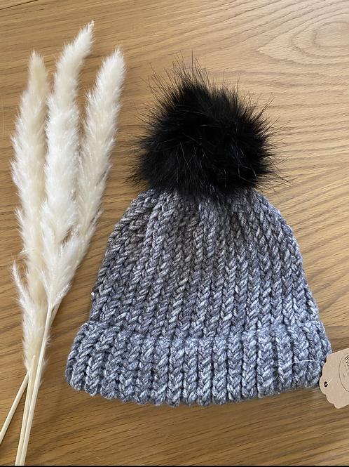 כובע צמר בגווני אפור עם פונפון שחור
