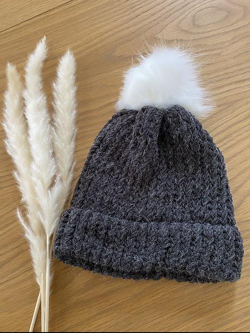 כובע צמר אפור פונפון לבן