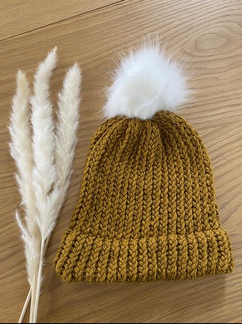 כובע צמר חרדל עם פונפון לבן