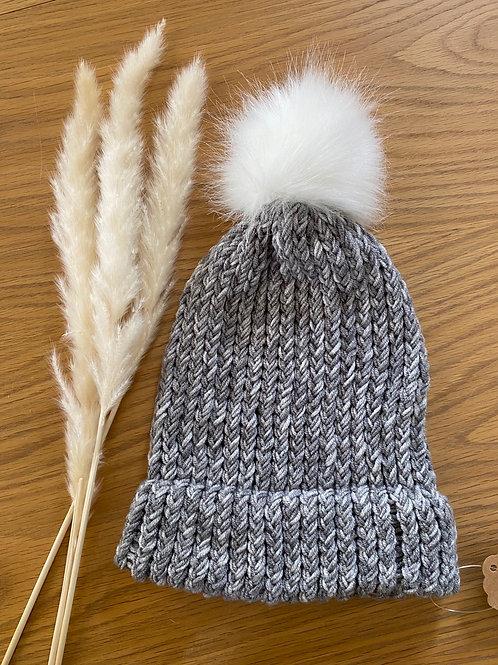 כובע צמר בגווני אפור עם פונפון לבן