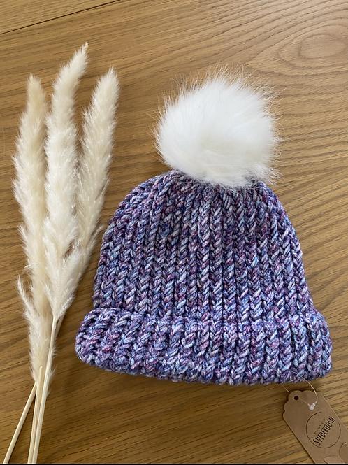 כובע צמר בגווני סגול עם פונפון לבן