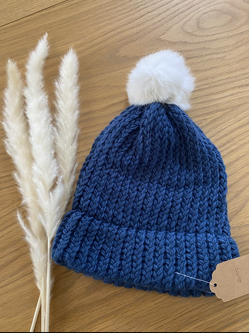 כובע צמר כחול עם פונפון לבן