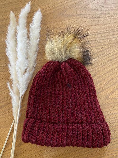 כובע צמר בורדו עם פונפון כאמל