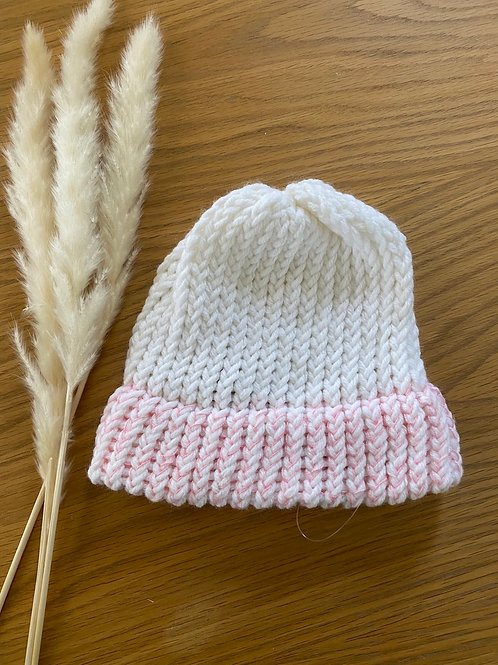 כובע צמר לבן עם קיפול ורדרד