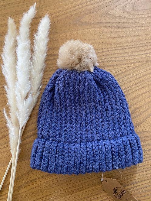 כובע צמר כחול עם פונפון כאמל