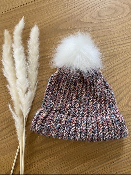 כובע צמר בגווני חורף עם פונפון לבן