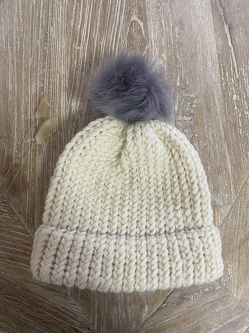 כובע צמר בצבע שמנת עם פונפון אפור