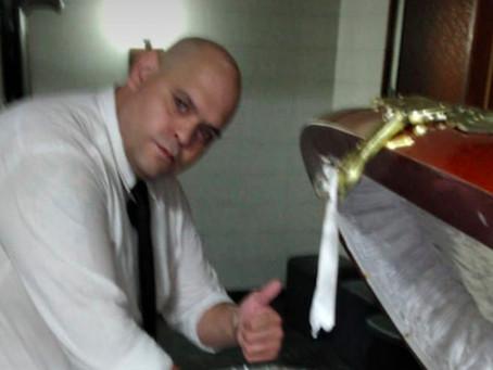 Funcionário de funerária tira foto com corpo de Maradona e é demitido