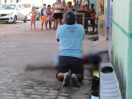 Pai se ajoelha e faz oração para filho assassinado a tiros em Mossoró