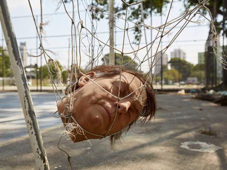 Artistas usam cabeça de Bolsonaro como bola