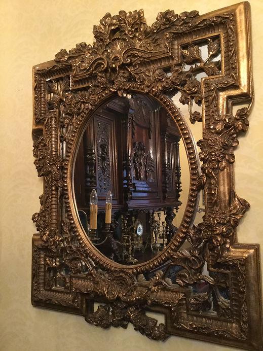 鏡の中に広がるアンティークの世界