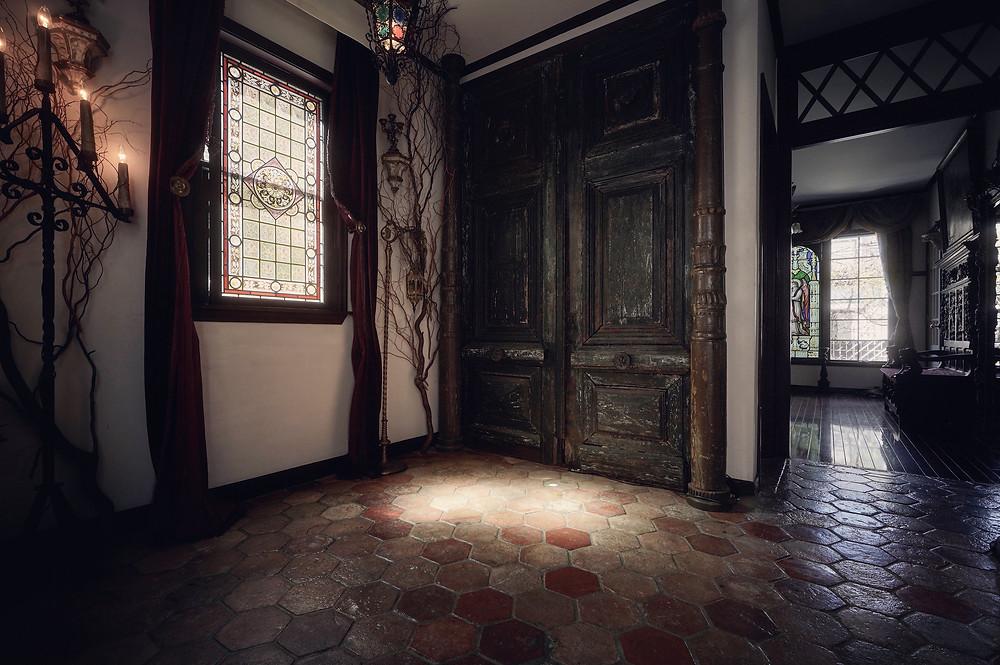 アンティークヘキサゴンタイルと200年以上前の大扉