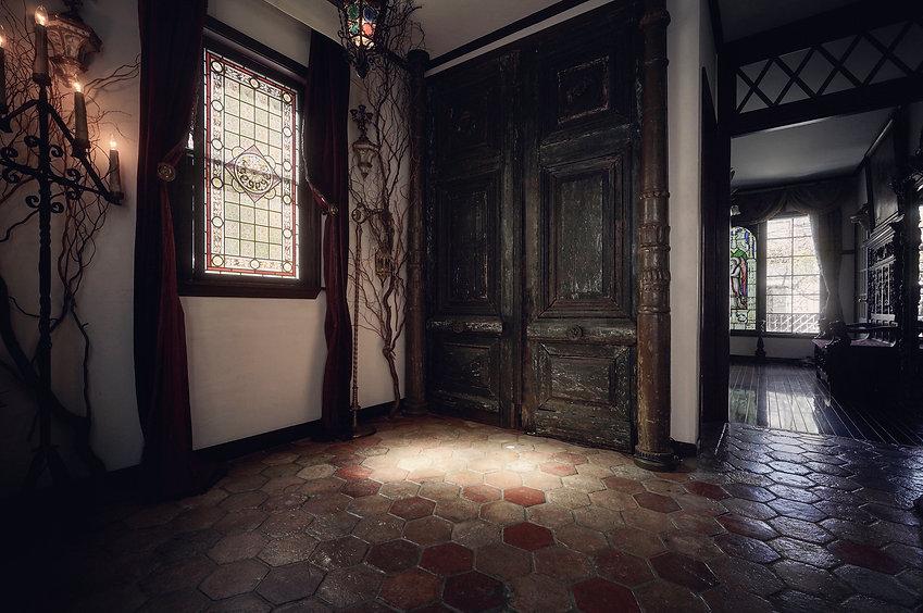 漆喰の壁、床はアンティークのヘキサゴンタイル