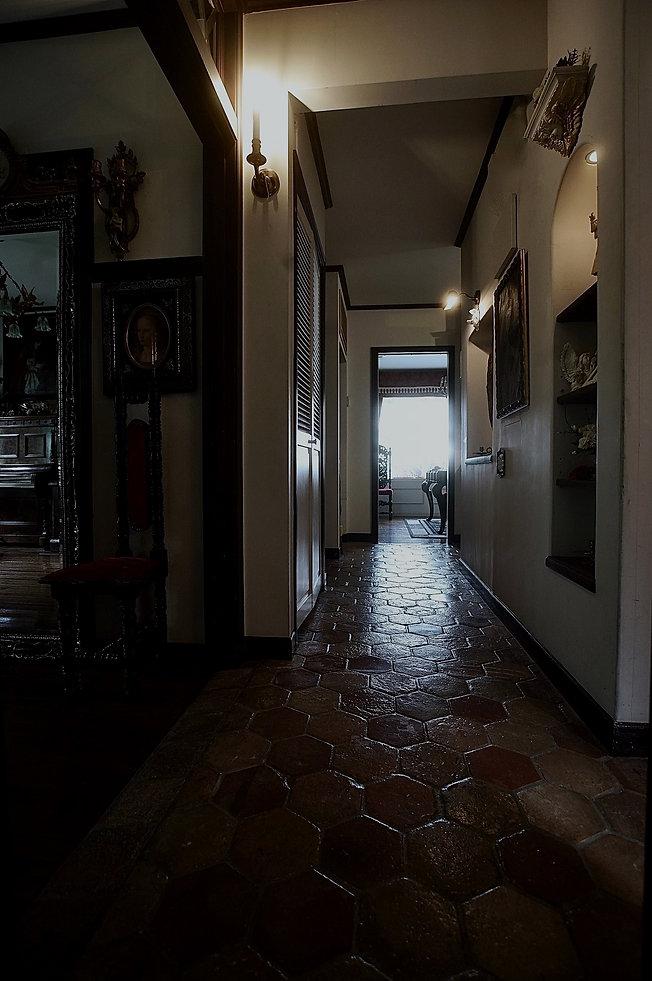 質感あるペンタゴンタイル床