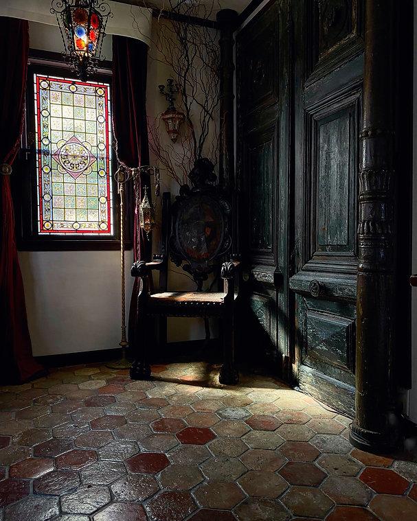 17世紀スパニッシュチェアと高さ2m75cmの大扉