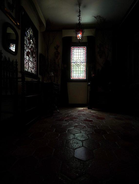 漆喰の壁 床はアンティークのヘキサゴンタイルと200年以上前の扉