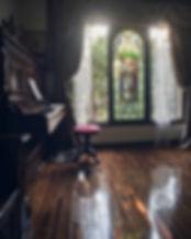 美しい音色の館内アンティークピアノ