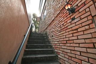 アンティーク煉瓦と石貼り階段通路