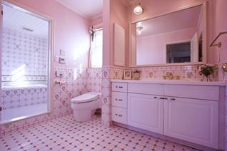フランス製ピンク薔薇のタイルを敷きつめた化粧室