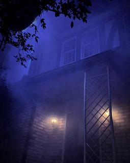 幻想的な夜の洋館玄関