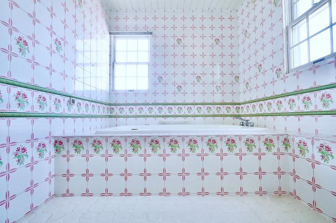 フランス製タイルピンク薔薇の広いバスルーム