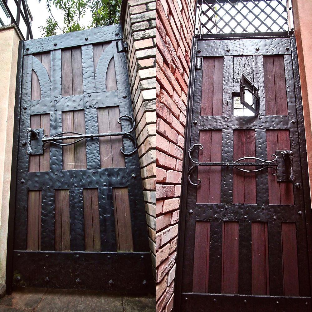 中世の雰囲気漂う鉄扉