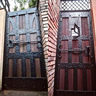 重厚な中世様式の正門と勝手口の鉄門