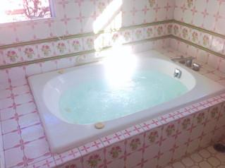 ピンク薔薇タイル張りジャグジーバスルーム