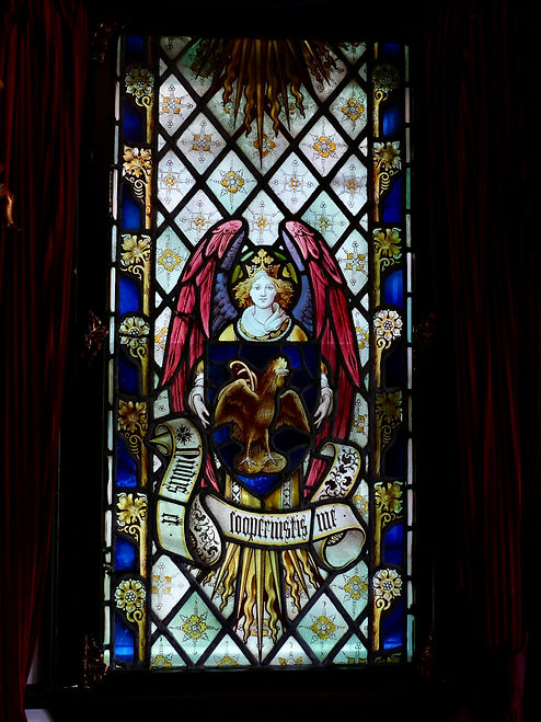 雄鶏が鳴いている盾を持つ天使のステンドグラス