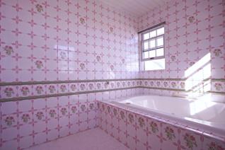 フランス製ピンク薔薇タイルの大きなバスルーム