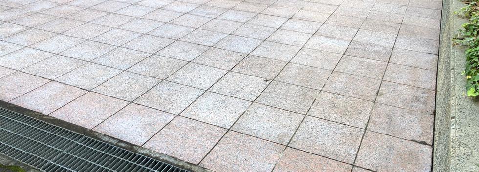 建物外周石畳