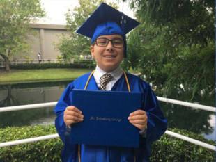 Niño se graduó en universidad y quiere probar que existe Dios