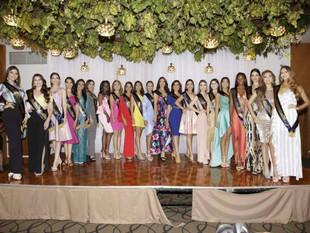 Concursantes a Miss Ecuador recibieron la banda oficial
