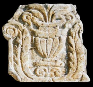 Chapiteau décoratif en marbre du sanctuaire