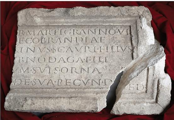Inscription découverte dans les thermes