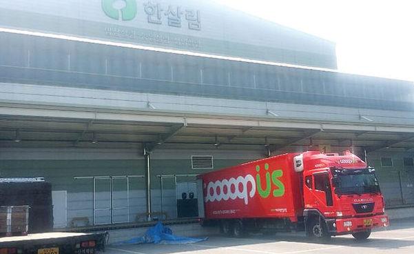 4.5톤 물류 트럭이 제주 한살림 물류창고에서 물건을 싣고있습니다.