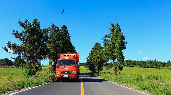 제주희망협동조합 쿱어스 물류 수송 트럭이 물건을 싣고 달리고 있습니다.