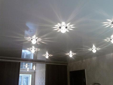 Глянцевый натяжной потолок, натяжной потолок глянец, глянцевый потолок, потолок глянец, зеркальный потолок, отражающий потолок.