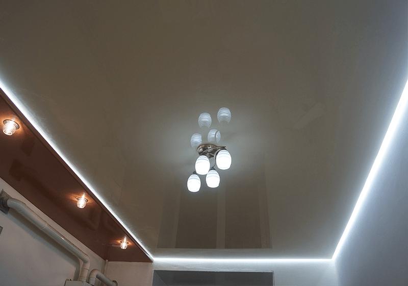 парящий потолок, потолок с подсветкой, подсветка в потолке, потолок со светодиодной лентой, подсветка потолка, подсветка вдоль стены.