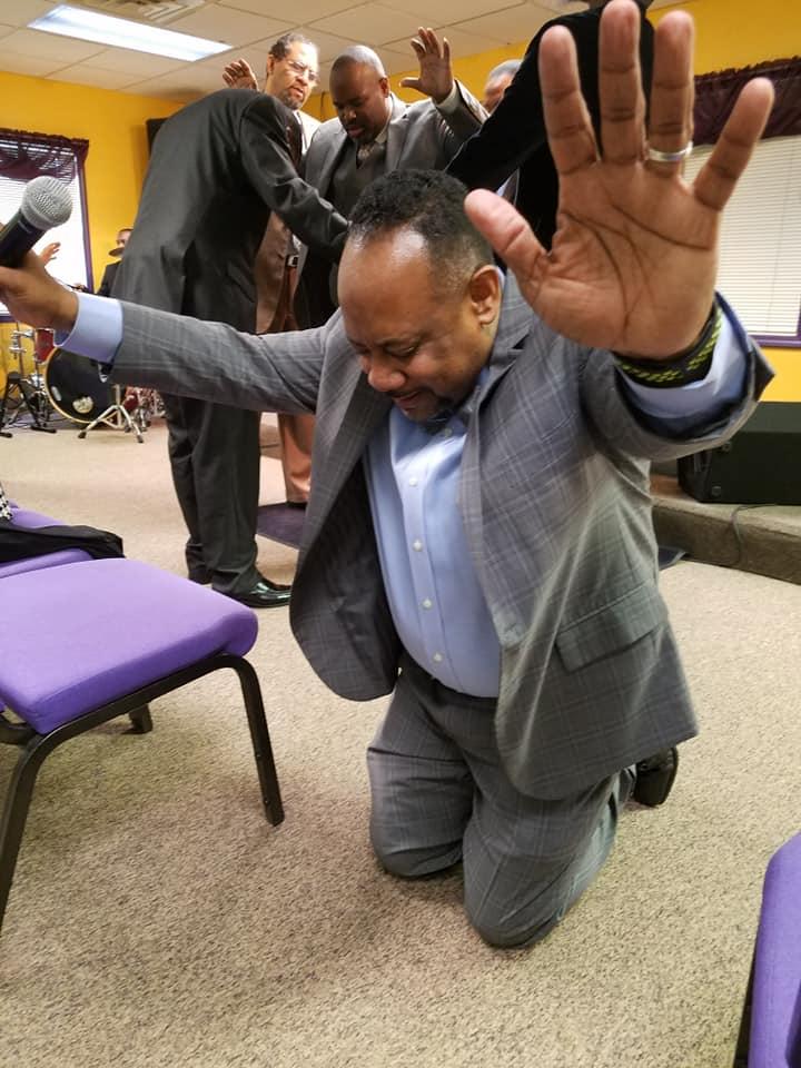 praying_pastor
