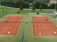 Zwei Tennisplätze gegen Gebühr
