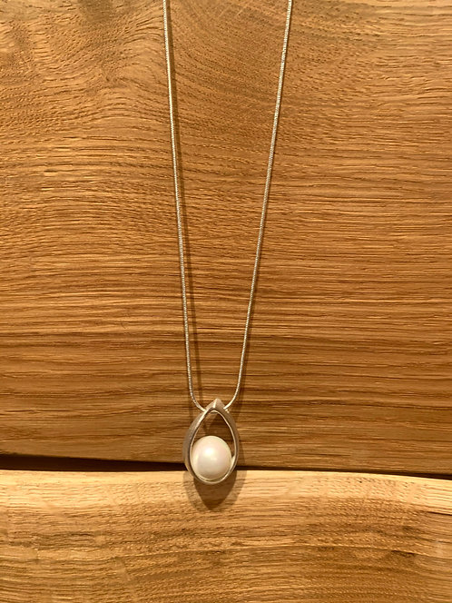 Caracol white & silver pearl necklace