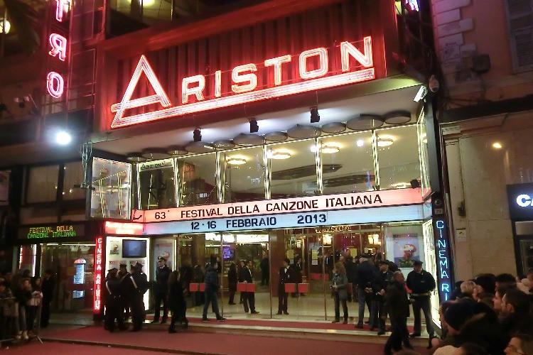 Teatro Ariston di Sanremo illuminato, con fan all'esterno in attesa