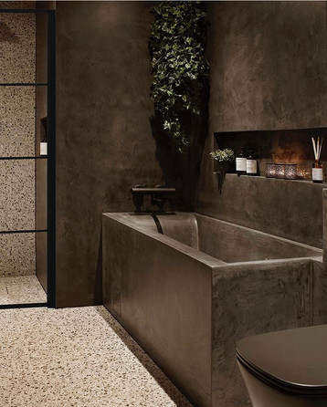 Mikrosement for våtrom i fin struktur, kominert med flis på gulv og i dusjesone