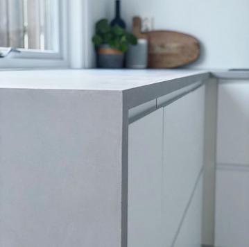 Mikrosement på kjøkkenbenk