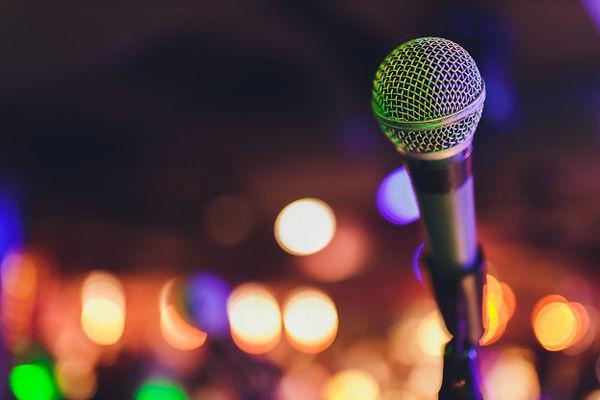 gros-plan-du-microphone-dans-salle-conce