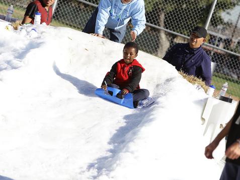 """""""Winter Wonderland: Feria de recursos y donación de juguetes""""     Residentes de la comunidad brindan"""