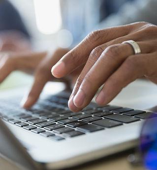 Человек печатать на ноутбуке