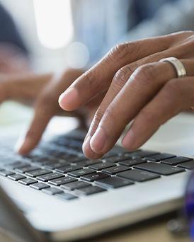 Hombre escribiendo en un ordenador